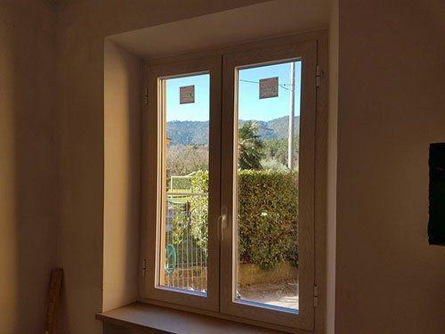 una finestra di color bianco