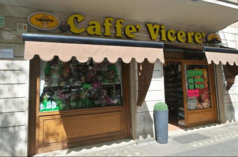 vetrine di un negozio di caffè