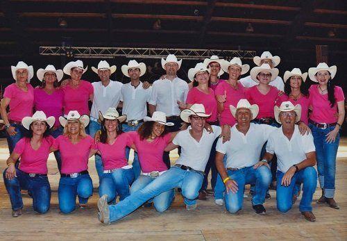 delle donne e degli uomini con dei cappelli da cowboy