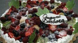 torta con frutti di bosco, torta con panna, torta con lamponi
