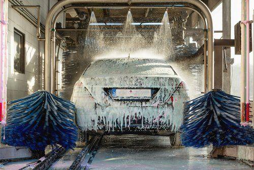 lavaggio auto con automatico in azione