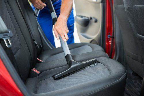 igienizzazione di sedili in una macchina