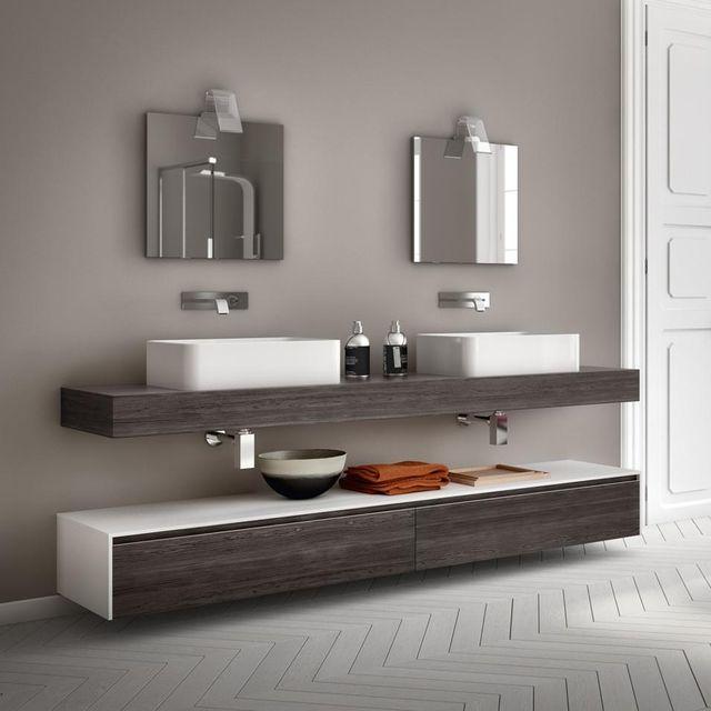 due mobili da bagno con due specchi attaccati al muro sopra