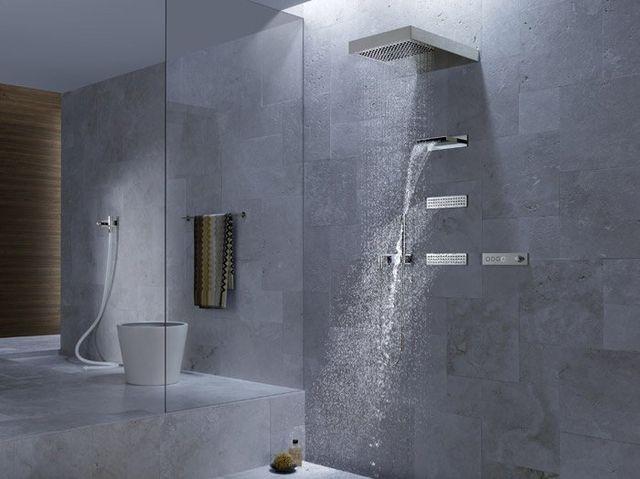 una doccia moderna con l'acqua aperta