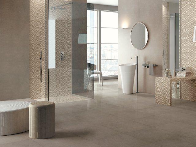 un bagno ampio con le piastrelle beige