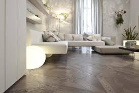 una sala con un divano angolare e un pavimento di color grigio