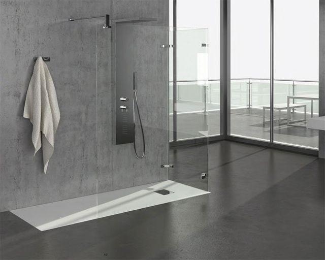 un bagno con un box doccia e vista di una terrazza