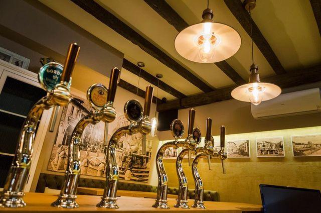 rubinetti per birra alla spina in un locale