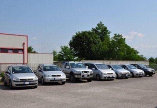 vista frontale di macchine parcheggiate esterno di un autofficina