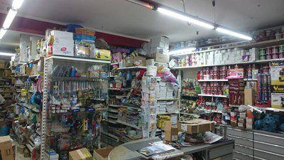 scaffali con prodotti e utensili