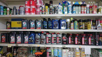 scaffale con prodotti