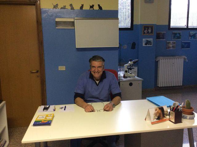 Il dottor Proserpi sorridente seduto alla sua scrivania