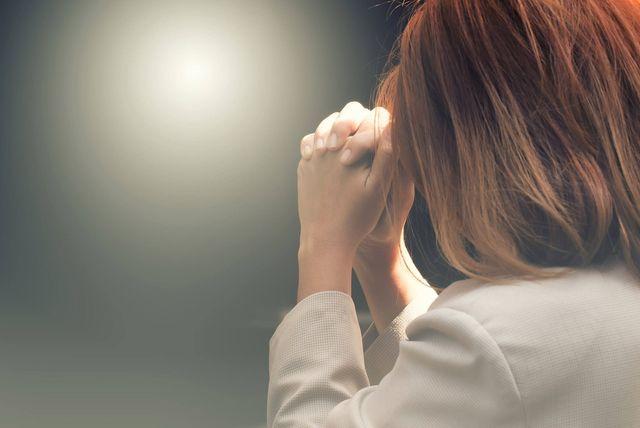 donna in fase di preghiera