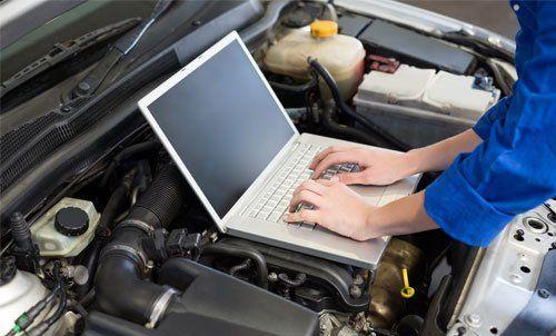 Tecnico durante controllo elettrico auto