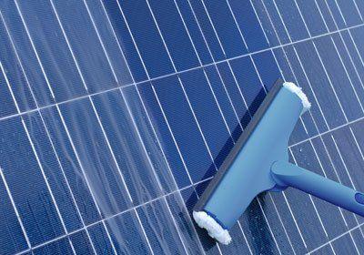 uno strumento per la pulizia dei pannelli solari