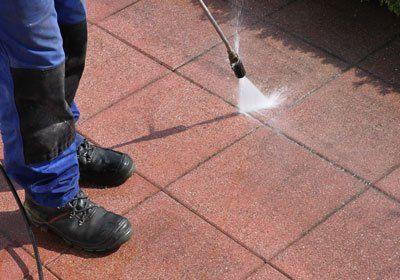 un addetto che pulisce il pavimento