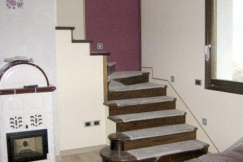 scala interna d'appartamento appena tinteggiata