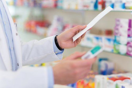 farmacista legge una ricetta medica