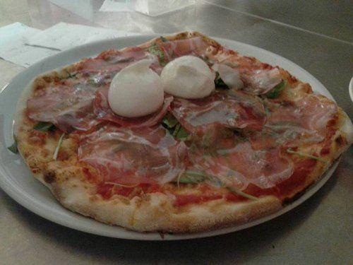 pizza con prosciutto e mozzarella di bufala