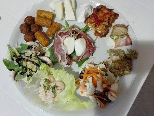 immagine di un antipasto misto sia a base di verdure, formaggi,  carne e  pesce