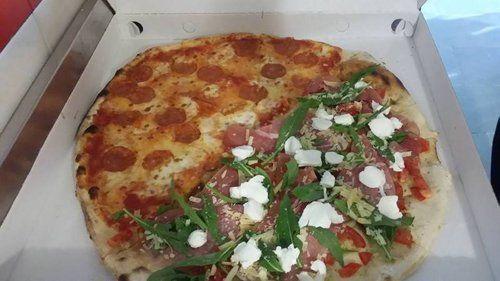 pizza gusto misto all'interno del cartone