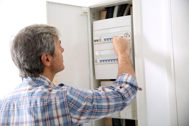 Operatori realizzando la sistemazione di nuovi collegamenti