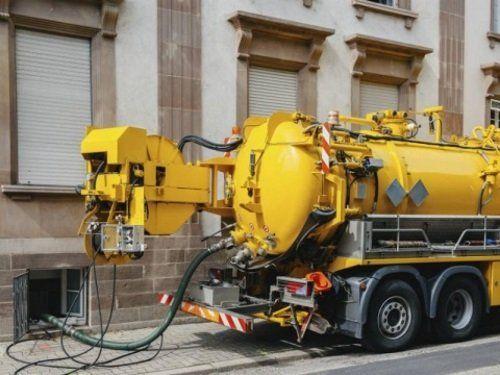 un camion giallo per lo spurgo fognature