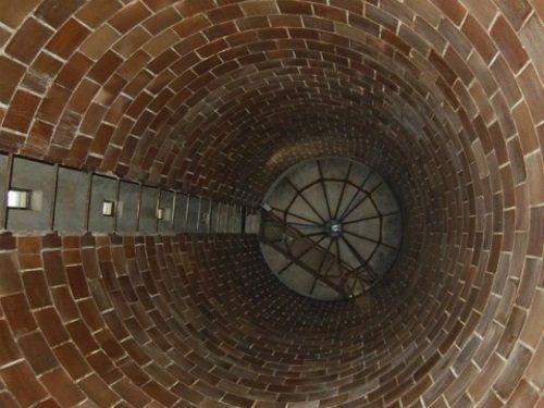 interno di un pozzo profondo con mattoni a vista