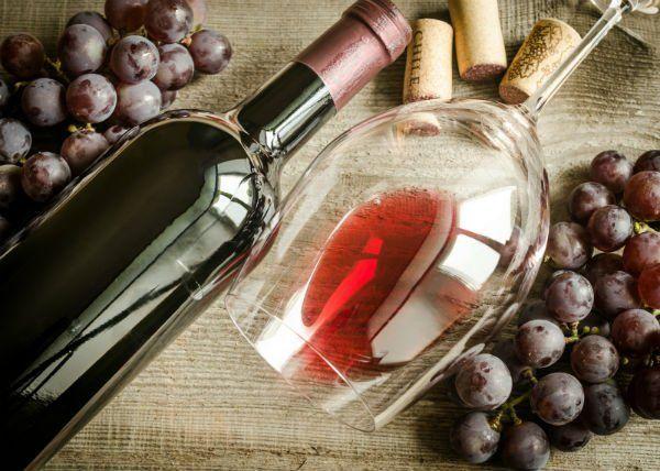 un bicchiere di vino,una bottiglia e dell'uva
