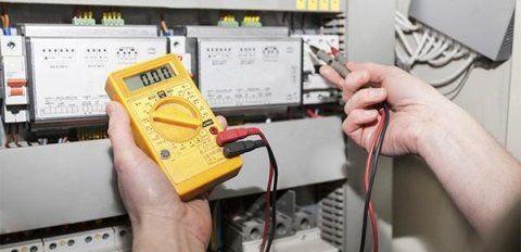 Operaio testa un impianto elettrico