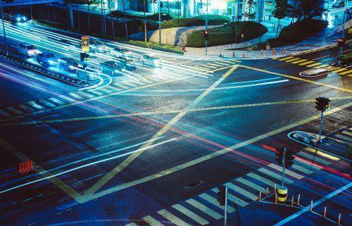 Incrocio di strade con luci di colori di notte