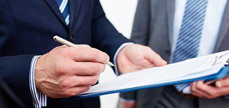 Uomo d'affari firma i documenti a Rimini