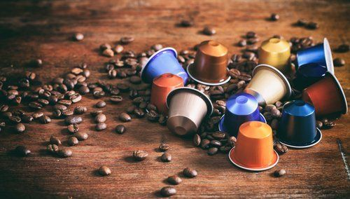 Grani di caffè e capsule in diversi colori