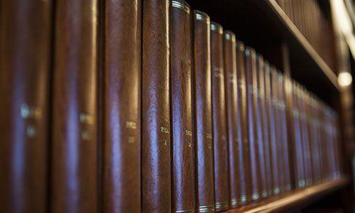 dei libri in una libreria