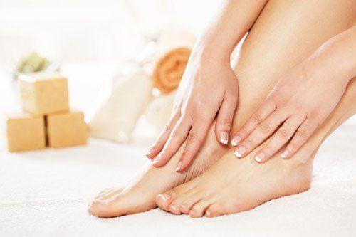 piedi e mani dopo un trattamento di manicure e pedicure