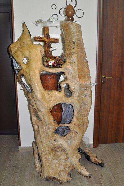 una struttura in legno con un crocefisso