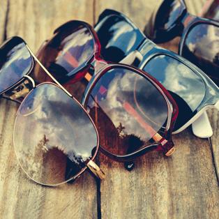 assortimento di occhiali da sole