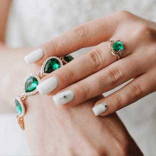 braccialetti e anello con pietre  verdi smeraldo