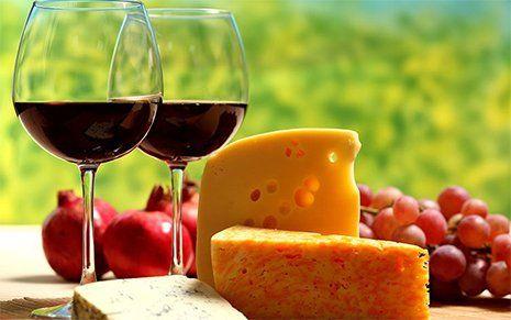 Bicchieri del vino rosso con formaggio Risorante K95 a Botrugno