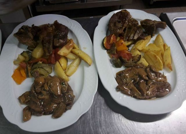 due piatti di peperoni e patate