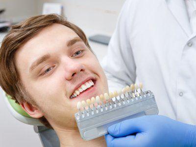 paziente sorridente durante una visita dentistica