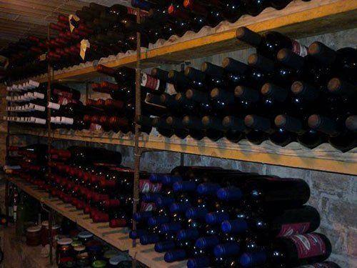 una cantina con diverse bottiglie di vino