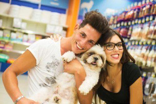 Addetti del negozio con un cagnolino