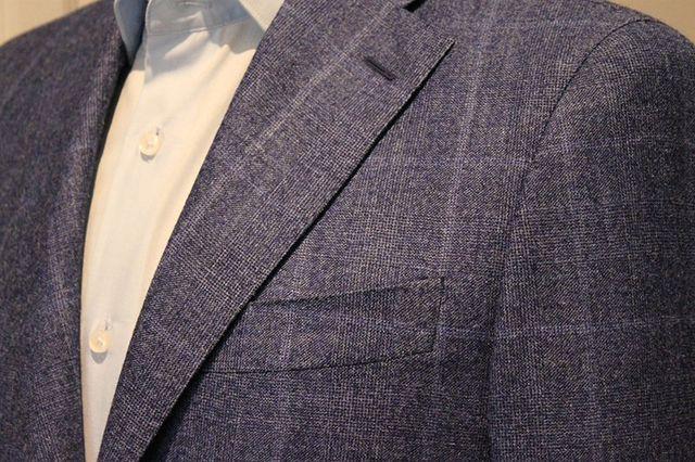una giacca di color blu da uomo
