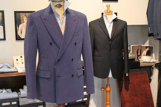 due giacche da completo di color blu e nero da uomo