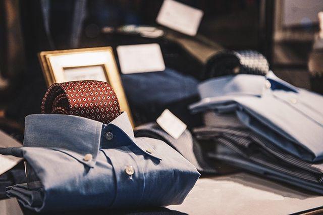 delle camicie e cravatte di color rosso e blu