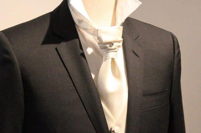 un giacca nera da uomo e una cravatta di color bianco