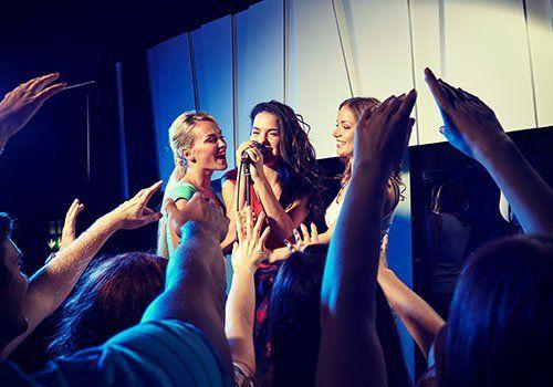 delle ragazze che cantano