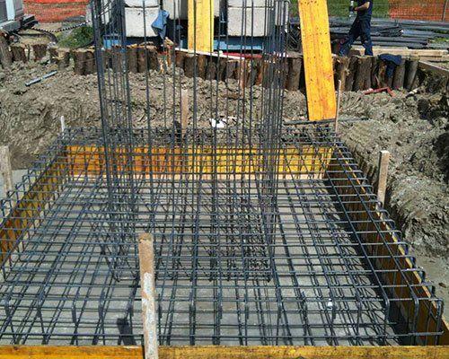 struttura metallica nel terreno per costruzioni fondamenta