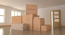 scatoloni in una stanza